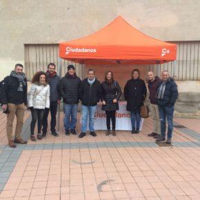 Cs Segovia organiza una carpa informativa para atender a la ciudadanía de la capital.